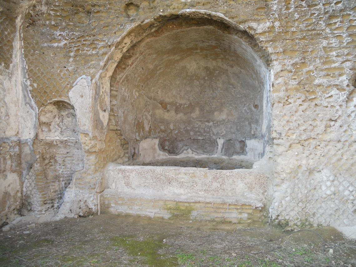 The recessed bath and niche to its left